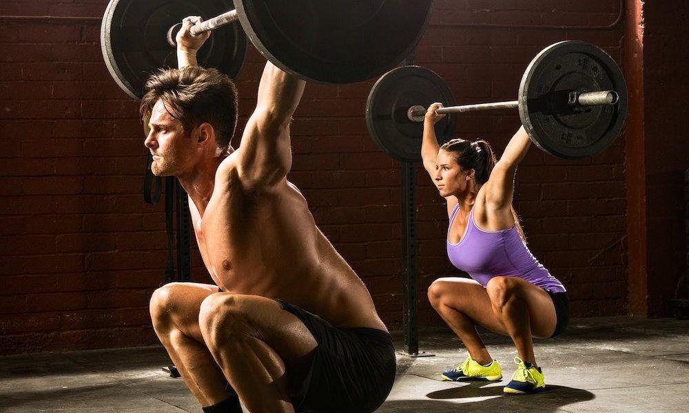 - woman man lifting barbells 1000x600 - Ejercicios y Rutinas de Fuerza