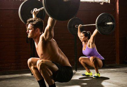 - woman man lifting barbells 439x300 - Ejercicios y Rutinas de Fuerza