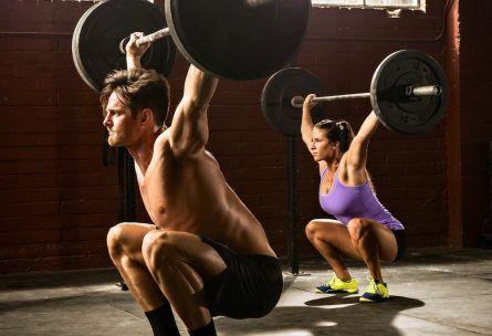 - woman man lifting barbells 445x304 - Ejercicios y Rutinas de Fuerza
